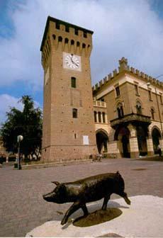 Castelnuovo Rangone piazza principale con la scultura del maialino in bronzo